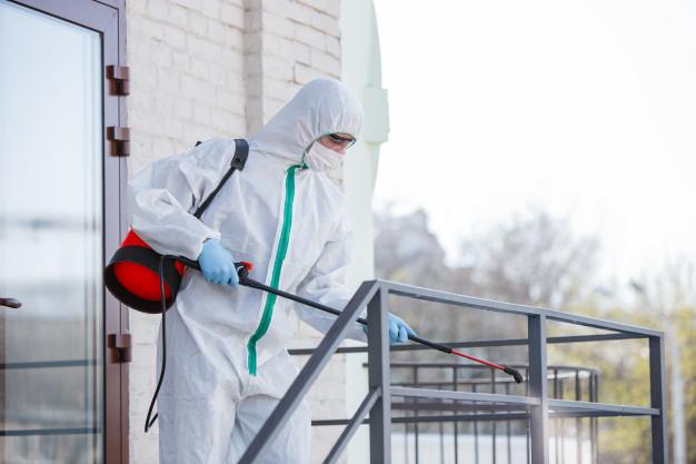 pandemie-coronavirus-desinfectant-dans-combinaison-protection-masque-vaporisent-desinfectants-dans-piece_155003-4342