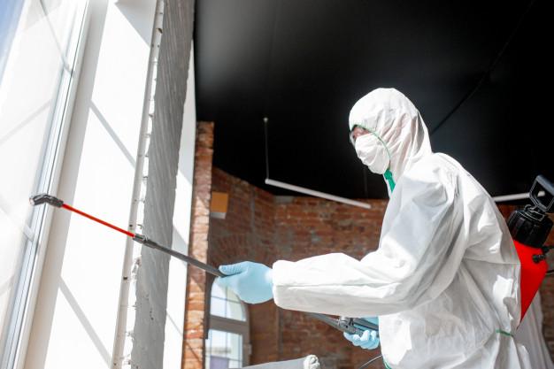 pandemie-coronavirus-desinfectant-dans-combinaison-protection-masque-vaporisent-desinfectants-dans-piece_155003-4352
